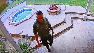 Şerif yardımcısı, ölen adamın evini soyarken yakalandı