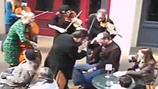 Konserde telefonla konuşan adama ibretlik ders