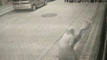 Şehitlere 'iyi ki geberdiler' diyen kadın şehit evindeki Türk bayrağına saldırdı!