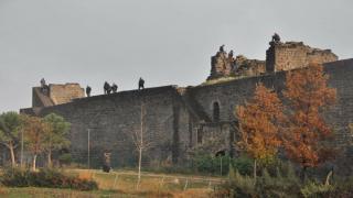 Diyarbakır'da ölümle dans ediyorlar! Surlara tırmanıp selfie çekiyorlar