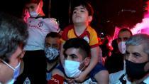Galatasaraylı yeğenini Beşiktaşlı olsun diye kutlamalara getirdi