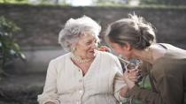 Alzheimer kadınları daha çok etkiliyor!