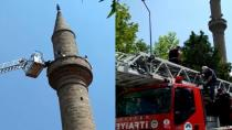 Cami minaresinde mahsur kaldı