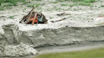Hindistan'da şiddetli yağış yüzlerce cesedi ortaya çıkardı