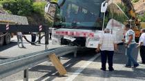 Refüje çıkan otobüs iki vinç yardımı ile kaldırıldı